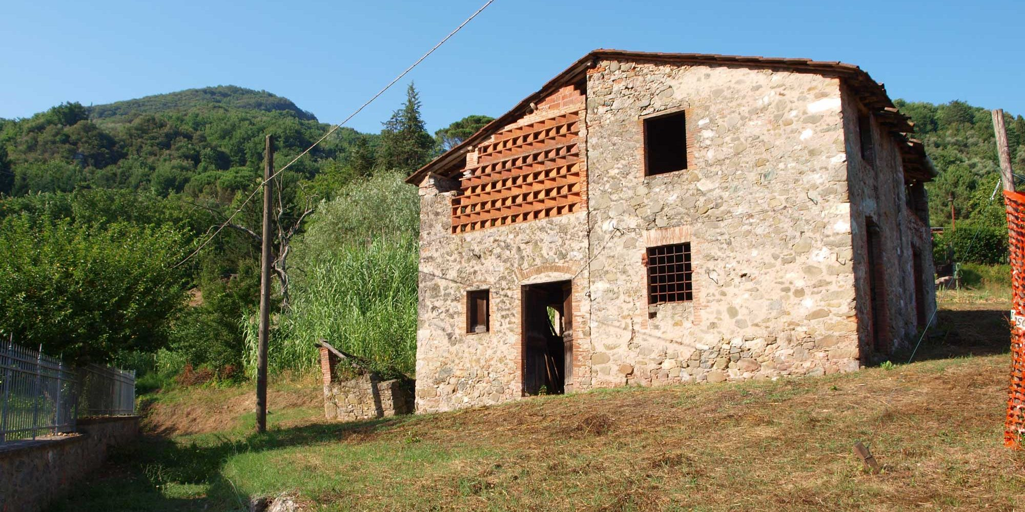 Lucca detached building with land