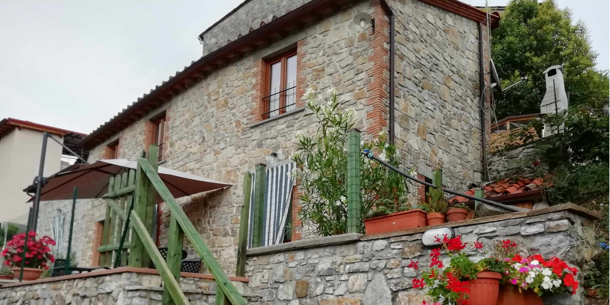 Pescaglia country stoned house with garden